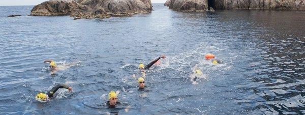 Un-grupo-de-nadadores-realizan_54409195923_51351706917_600_226